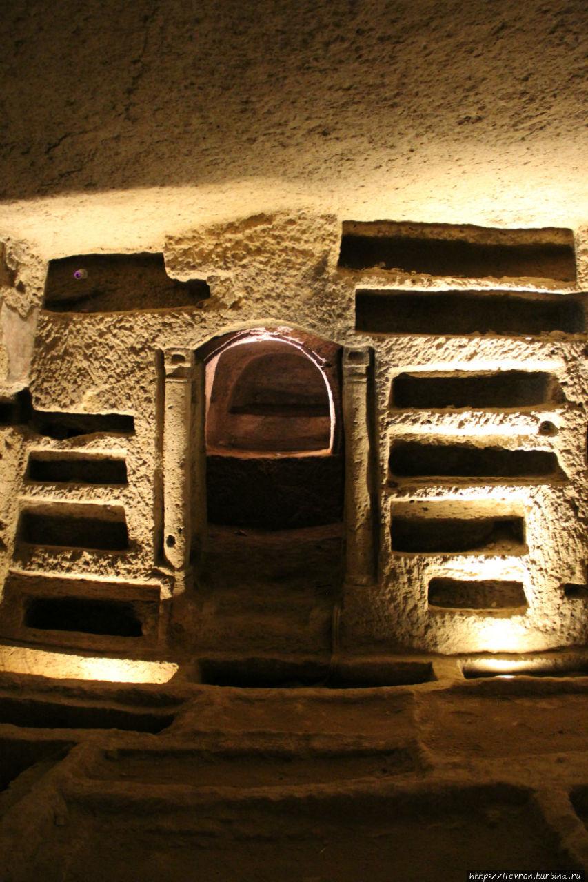 Катакомбы Сан Дженнаро Неаполь, Италия