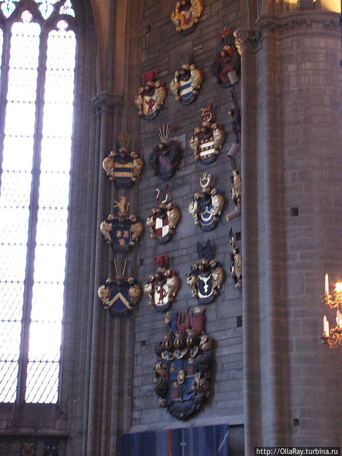 Когда умирает представитель знатного рода, его герб помещают на стену собора.