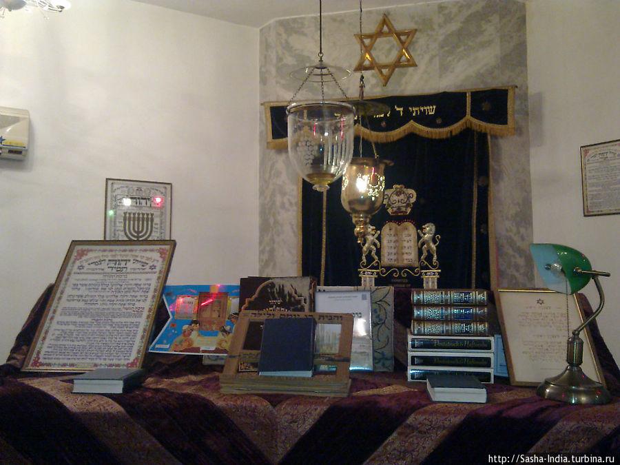 Внутри синагоги
