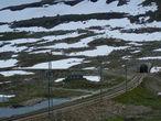 Жерло десятикилометрового Finsetunnelen. Влево уходит старая трасса Bergensbanen и Дорога землекопов.