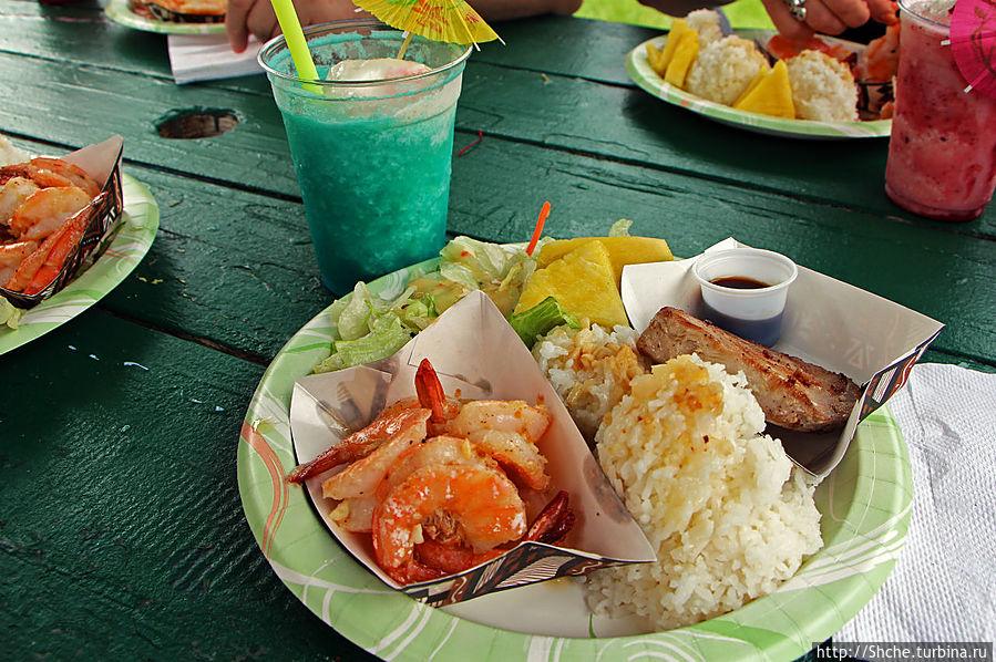хороший здоровый обед рис, кусок жареной свежей рыбы, креветки в чесночном соусе