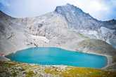 Озеро Поднебесное находится на высоте 2850 метров, под одноименным перевалом между вершинами Буша и Гранитной.