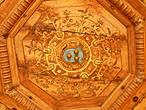 В центре потолка кабинета — герб Жана дю Тьера: 3 золотых бубенчика на лазурном поле.