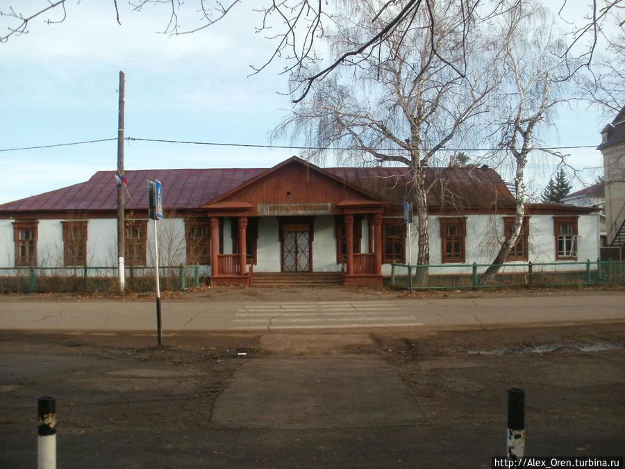 Была поликлиника.  А приехал я чтобы посмотреть вот что: http://turbina.ru/guide/Saraktash-Rossiya-88480/Zametki/Svyato-Troitskaya-Simeonova-Obitel-Miloserdiya-81378/