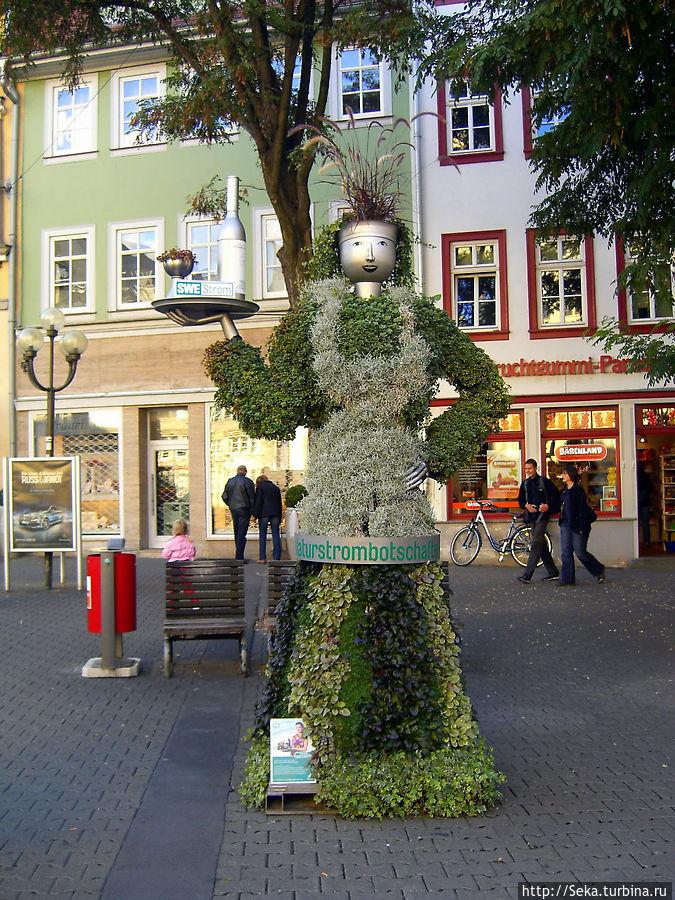 Вот такая интересная фигура стоит на площади