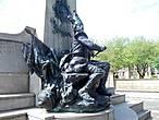 С обратной стороны этого памятника — барабанщик.