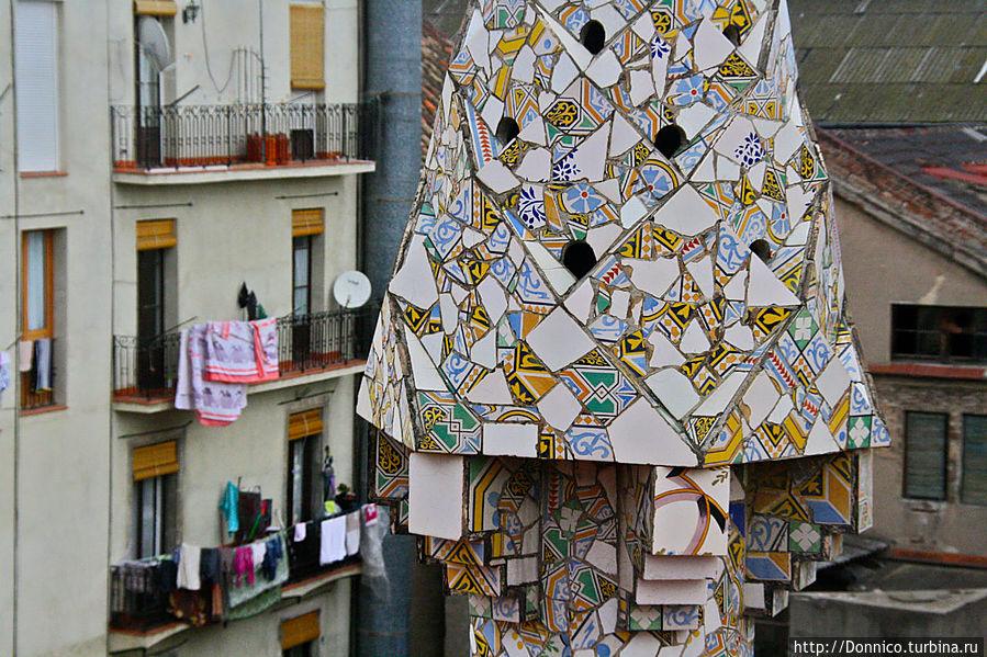 белье на соседских балконах хорошо перекликается с разноцветной мозаикой плитки