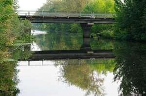 Утро на старом канале. Мост в сторону центра города