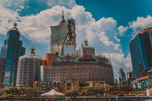 Макао — город причудливых сочетаний. Здесь грандиозные отели и казино спокойно соседствуют с колониальными историческими районами. Необычная смесь Европы, Азии и Лас-Вегаса)