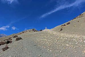 вон и долгожданный перевал, по традиции помеченный кучей камней и палкой