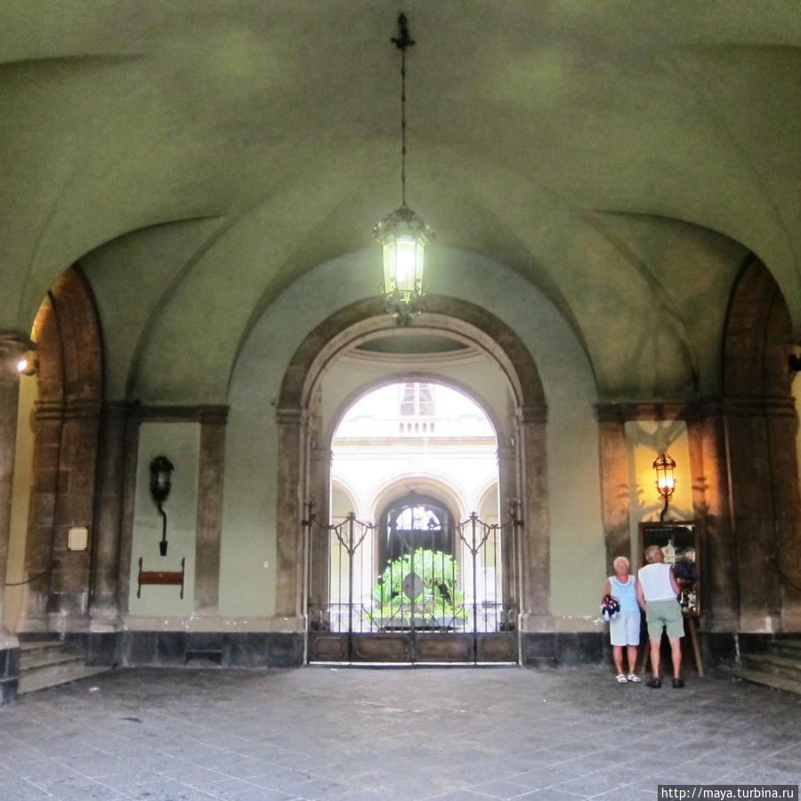 Под аркой мэрии