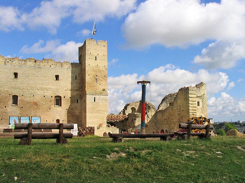 Во дворе замка Раквере, Эстония