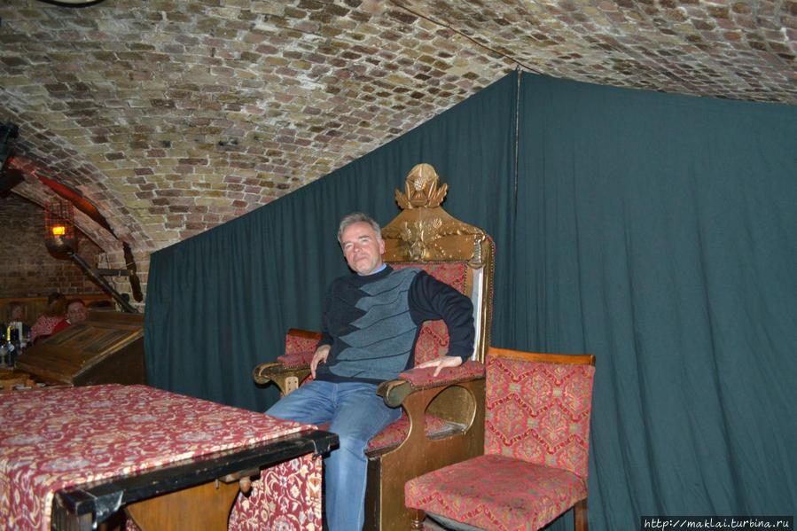 Я хоть и без средневекового наряда, но чего стоит одна только важная поза на неважном троне Генриха VIII.