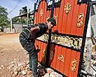 Такие ворота явно не бедняк заказал, богато выглядят...особенно, если учесть, что, как правило, у большинства и ворот-то нет, и ограда из пальмовых листьев...