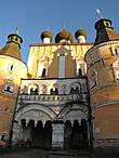 Сретенская церковь над Водяными воротами, обращённая к дороге на Углич, построена одновременно со звонницей в 1680 году.