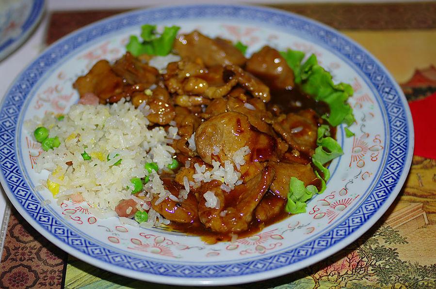 Тонко порезанные кусочки свинины под специфичным соусом. Практически коронное блюдо любого китайского ресторана.