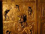 Бронзовые двери Бернварда (1015 г.) в соборе Св. Марии украшены сценами (и какими наивными!) из Ветхого Завета. С технической точки зрения отлить такие двери в то время, а каждая весом по 1,85 т — было делом, ой, каким не простым!