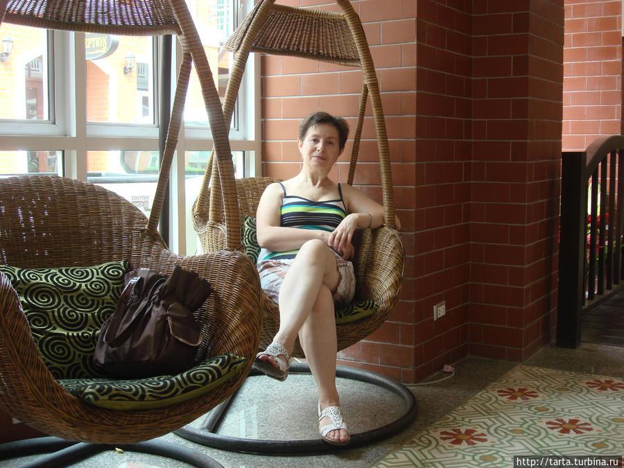 В холле отеля