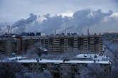 Вид на Челябинский металлургический комбинат с одного из жилых домов города. Близость предприятий к жилым домам пугает.