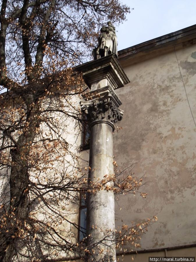 Восточный (Христофоров) дворик с колонной св. Христофора (XVIII век)