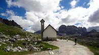 на пути к Тре Чиме стоит маленькая Кирха, коих в Альпах великое множество. Они придают особый колорит местности. Если не углубляться в историю, достаточно посмотреть фильм