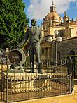 и рядом стоит памятник Manuel María González Angel, основателю предприятия.