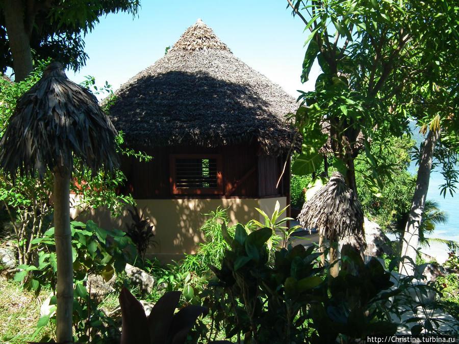 Территория отеля зеленая, красивая. Все виллы/лоджи расположены таким образом, что у гостей создается впечатление полной уединенности. Как будто здесь только вы и больше никого, как будто это ваша частная вилла далеко-далеко от дома, на экзотическом и никому не известном острове Нуси Комба.  Вот уж точно hide away!