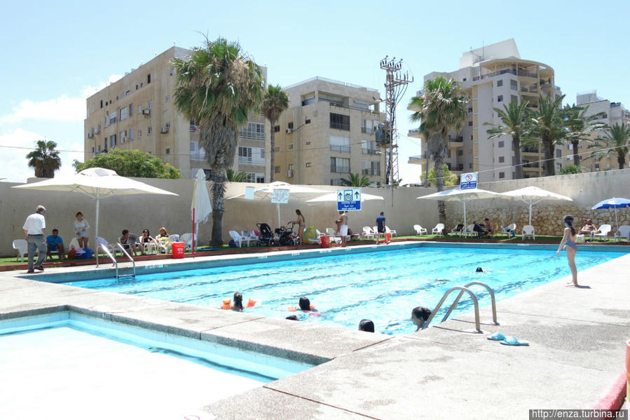 Бассейн в отеле Galil