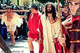 Евангельские герои идут по улице, окружённые сотнями зрителей — местных, а также гостей и туристов. Актёрам, изображающим римских солдат, приходится иногда чуть ли не по-настоящему разгонять зрителей, чтобы двигаться вперёд.