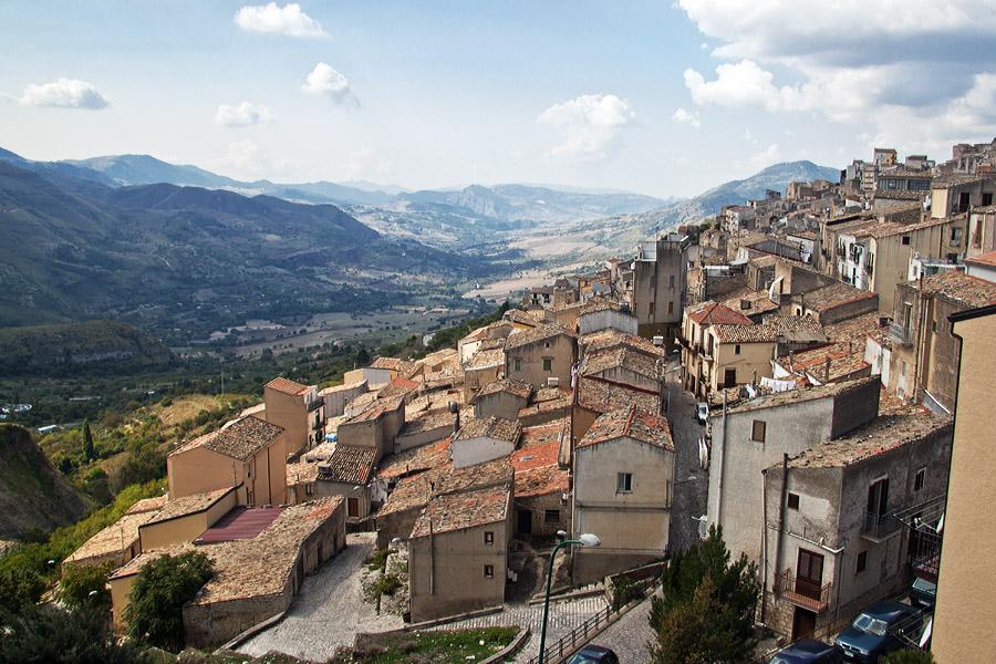 Один из маленьких сицилийских городков в центральном регионе острова — Прицци
