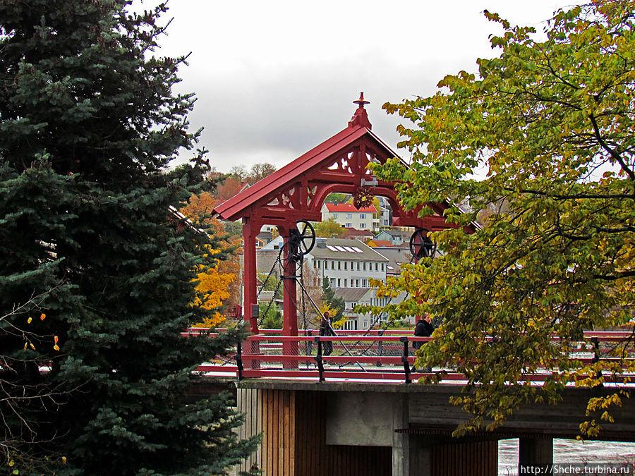 когда идешь по улице Kjøpmannsgata, резные красные железные порталы появляются первыми