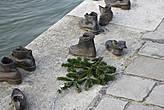 Памятник жертвам холокоста на берегу Дуная, где было расстреляно и сброшено в реку около 10 тыс. евреев.