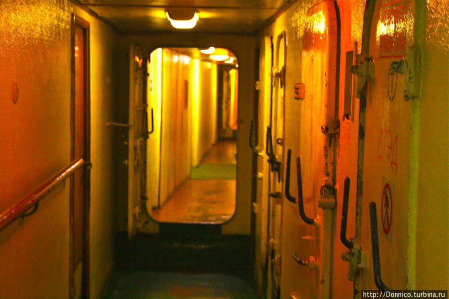по мере приближения к реакторному отсеку стенки коридоров окрашиваются красным...
