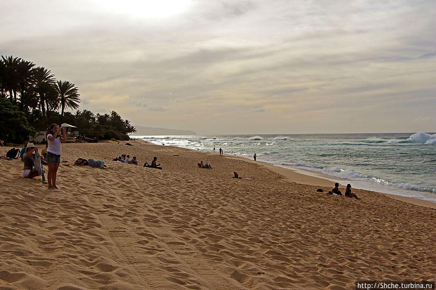 почти бесконечный идеальный пляж, но высота волны ограничивает желание простого купания