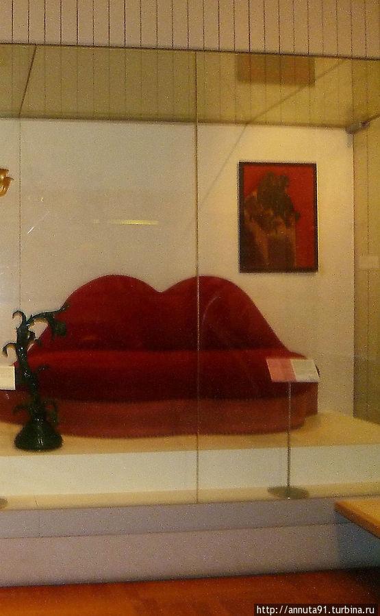 Диван, изготовленный по эскизу С. Дали