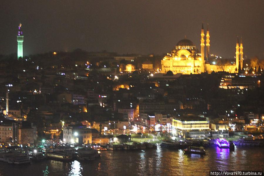 Вид на башню Биязет и мечеть Сулеймание вечером.