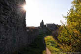 Крепость можно обойти по кругу с внешней стороны.