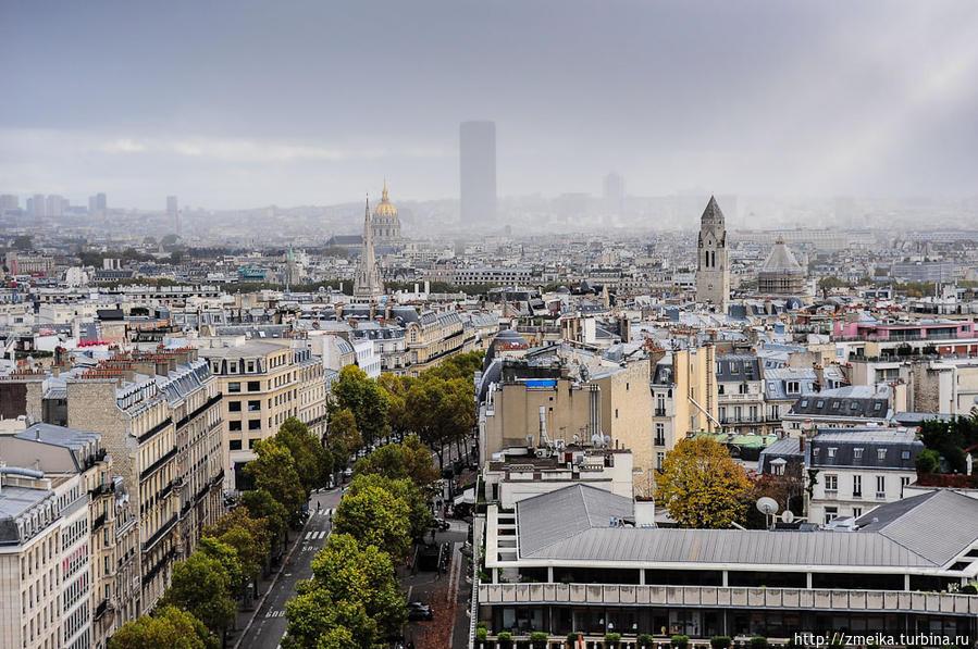 Это был шок! Представляете, вы не собирались никуда подниматься, не думали и не ожидали увидеть такое, а тут раз — и солнце пробивается сквозь облака и туман, освещая прекрасный Париж. Монпарнас, словно серый кардинал следит за старинными постройками.