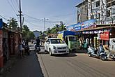 Засилье транспорта сильно портит впечатление от деревень в Гоа. Если бы убрать отсюда все машины с их мерзкими гудками — это национальная особенность индийцев — громко сигналить — здесь бы воцарилась благодать... *