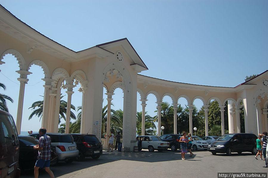 Площадь с колоннадой
