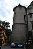 В замке музей с коллекцией рыцарских доспехов, оружия и старинной мебели.