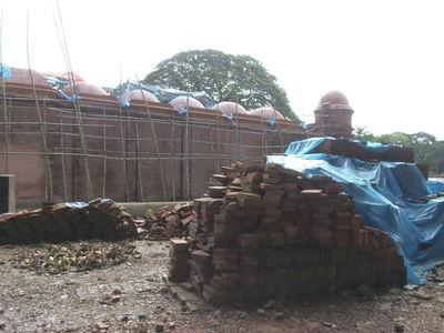 Активно идет реставрация — ремонт мечети.