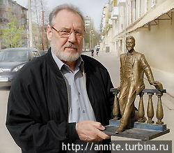 Скульптур А.Скнарин со скульптуркой.