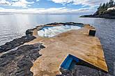 Это натуральный бассейн. Естественный резервуар, появившийся в результате разлива лавы, облагораживают немного бетоном и получается комфортное место для купания в морской воде.