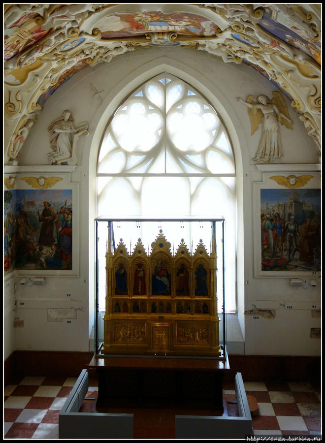 Итальянский готический алтарь XIV в., который очень любил последний владелец. В замке даже есть легенда, что когда алтарь забрали из замка, из саркофага Яна Пальфи стала выделяться густая жидкость красного цвета. Как только алтарь вернули, жидкость сочиться перестала.