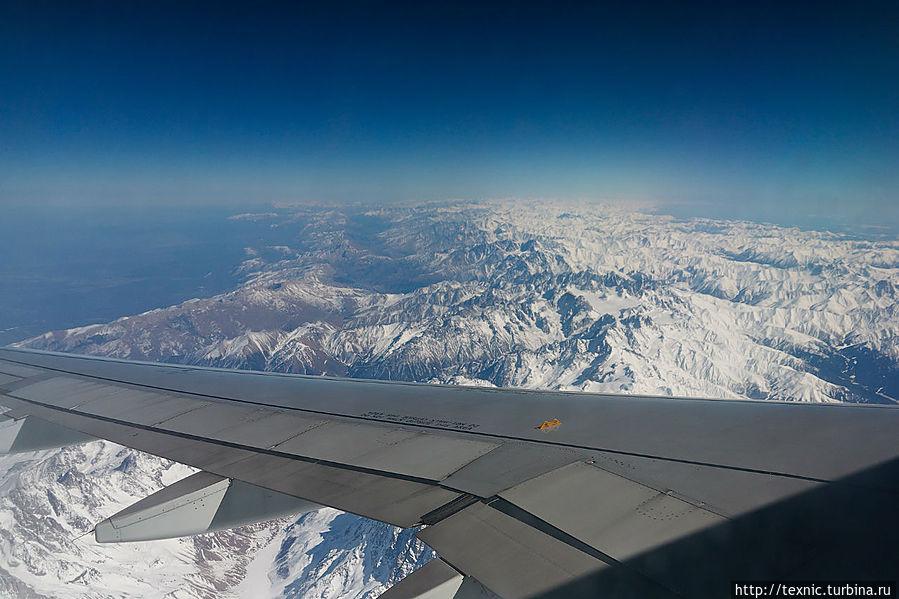 Если лететь днём и в хорошую погоду — можно пофотографировать. Это ещё одно преимущество прямого рейса. Под крылом Большой Кавказский Хребет. Как видно, с высоты он весь умещается в кадр. Слева и справа — долины. Слева — Россия, справа — Грузия.