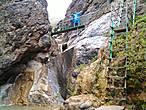 Туристическая тропа в каньоне оборудована мостиками, перилами. На опасных участках сделаны ступеньки