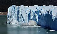 если учесть, что высота стены ледника достигает 50-60 метров, то можно представить себе эффект от падения таких глыб
