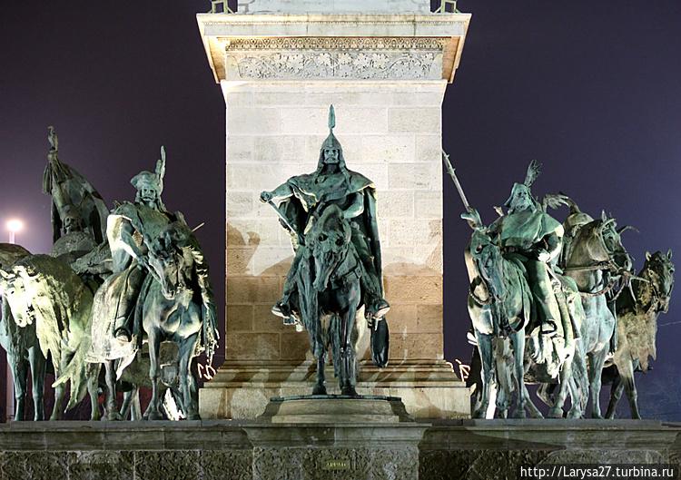 Площадь Героев. Памятник