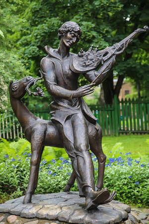 Памятник Шагалу во дворе.